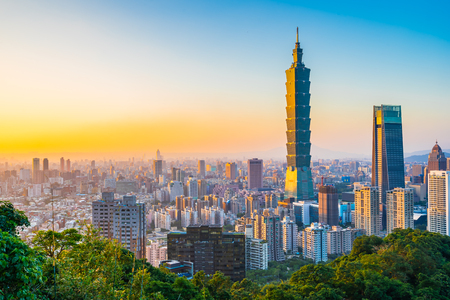 Foto de Beautiful landscape and cityscape of taipei 101 building and architecture in the city skyline at sunset time in Taiwan - Imagen libre de derechos