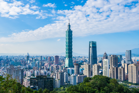 Foto de Beautiful landscape and cityscape of taipei 101 building and architecture in the city skyline with bluesky and white cloud at Taiwan - Imagen libre de derechos