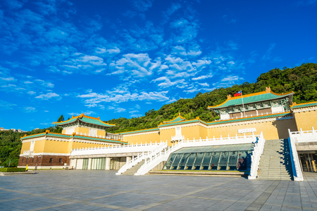 Photo pour Beautiful architecture building exterior of landmark of taipei national palace museum for travel in taiwan - image libre de droit