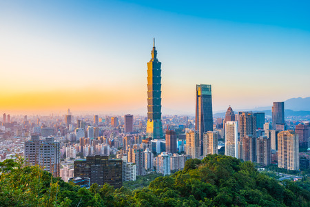 Photo pour Beautiful landscape and cityscape of taipei 101 building and architecture in the city skyline at sunset time in Taiwan - image libre de droit