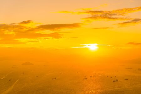 Photo pour Beautiful colorful sunset in hong kong city skyline with sea and ocean bay - image libre de droit