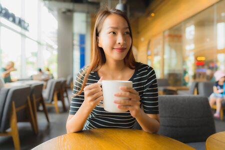 Photo pour Portrait beautiful young asian women in coffee shop cafe and restaurant using mobile phone - image libre de droit