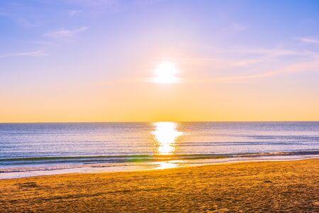 Photo pour Beautiful tropical nature beach sea ocean at sunset or sunrise time for travel - image libre de droit