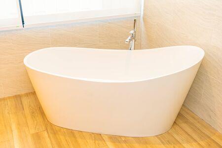 Photo pour Clean white empty bathtub decoration interior of bathroom - image libre de droit