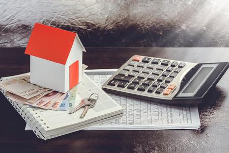 Photo pour Single family house on pile of money. Concept of real estate. - image libre de droit