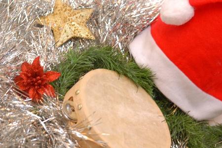 sombrero de Papá Noel, la pandereta y las decoraciones de Navidad