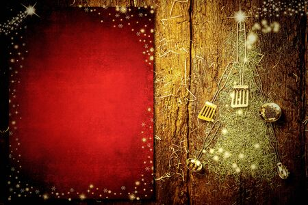 Photo pour Background invite to write Christmas menu. Old kitchen utensils forming a Christmas tree and blank red  paper on old wooden background. - image libre de droit