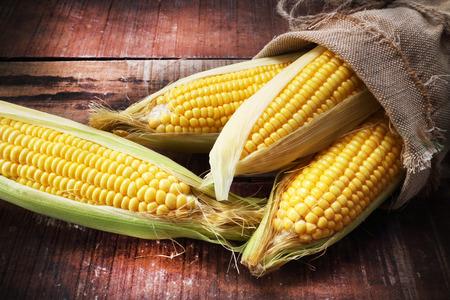Foto für fresh corn on wooden table - Lizenzfreies Bild