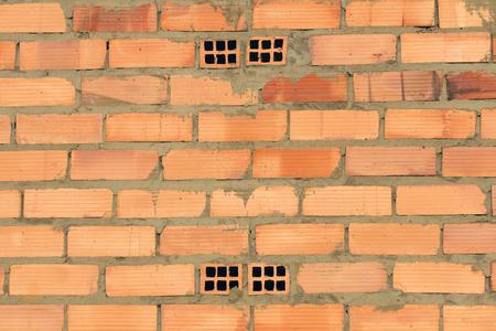 Texture or background of brick wall and outdoor cement newly built - Pared de ladrillo y cemento al aire libre recien construida /// pared; ladrillo; fondo; textura; construccion; nueva; cemento; muro; masa; horizontal; exterior; al aire libre; rojo; barr