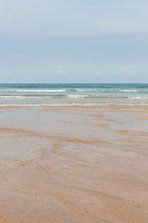 Detail of empty beach with clear wet sand and sea waves coming  - Detalle de  playa vacía con arena clara mojada y las olas del mar llegando /// playa, llana, arena, mojada, agua, llanura, mar, costa,  turismo, detalle, cielo, gris, otoño, verano,  vac