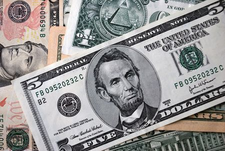 Five american dollars berween another federal reserve notes