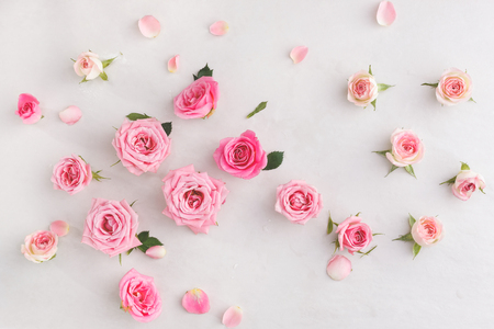 Foto de Pastel roses background.  Various soft roses  and leaves scattered on a vintage background, overhead view - Imagen libre de derechos