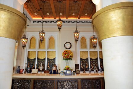 Photo pour DUBAI, UAE - SEPTEMBER 9: The lobby of Madinat Jumeirah luxury hotel on September 9, 2013 in Dubai, UAE - image libre de droit