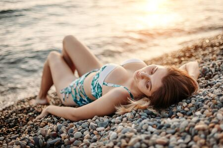Photo pour Beautiful girl in swimsuit sunning on the sea - image libre de droit