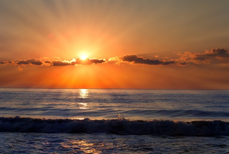 Photo pour Sun rays over the bulgarian Black sea; Morning seascape with nice clouds.  - image libre de droit