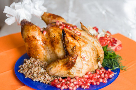 Photo pour whole fried chicken cooked with buckwheat porridge and pomegranate - image libre de droit