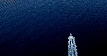 Foto de Boat at sea leaving a wake - Imagen libre de derechos