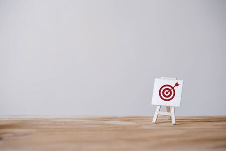 Photo pour Sign stand with an arrow in the target.Tactics of advertising targeting. advertise campaigns. Goal achievement and Purposefulness. - image libre de droit