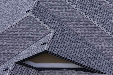 Photo pour Rooftop in a newly constructed subdivision in Kelowna British Columbia Canada showing asphalt shingles and multiple roof lines - image libre de droit