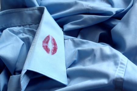 Photo pour traces of lipstick on the collar of a man's shirt - image libre de droit