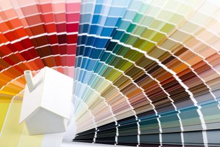Foto de Small simple white model house on a color palette  - Imagen libre de derechos