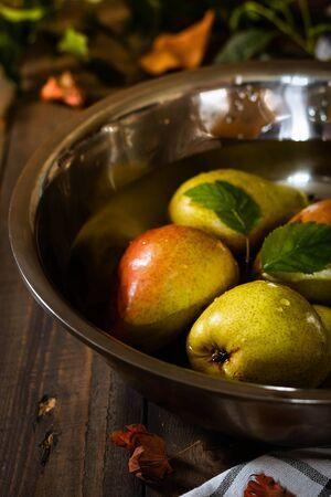 Foto für Organic pears in a large bowl of water. Farm harvest. Autumn concept - Lizenzfreies Bild