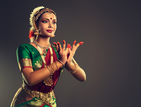 Foto de Beautiful indian girl dancer of Indian classical dance bharatanatyam . Culture and traditions of India. - Imagen libre de derechos