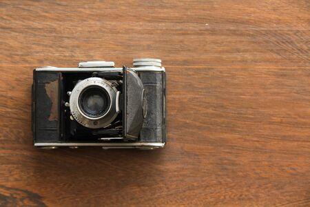 Photo pour Vintage camera on the wooden background - image libre de droit