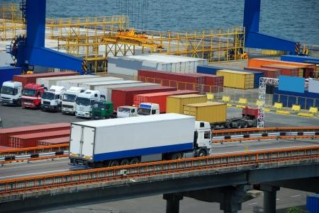 Photo pour white truck transport container in port - image libre de droit