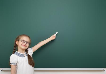 Foto de Schoolgirl near the school board - Imagen libre de derechos