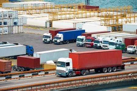 Photo pour truck transportation container from ship near sea - image libre de droit