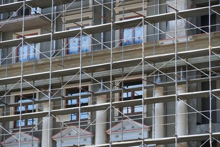 Photo pour scaffolding at the facade of a building under construction, multi-storey building, without people - image libre de droit