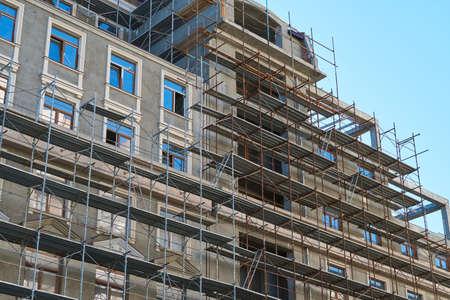 Photo pour scaffolding and new building as background - image libre de droit
