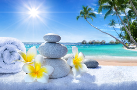 Photo pour spa treatment on tropical beach - image libre de droit