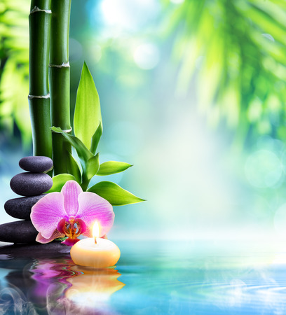 Photo pour spa still life - candle and stone with bamboo in nature on water - image libre de droit