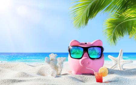 Photo pour Piggy Bank With Drink On The Palm Beach - image libre de droit