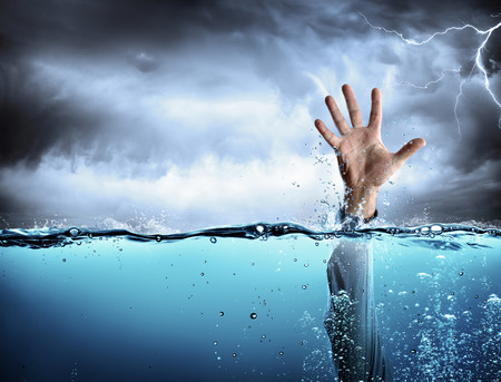 Photo pour Support Concept - Drowning And Failure - Mana ? ? s Hand In Sea - image libre de droit