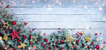 Photo pour Christmas Border - Fir Branches With Baubles On Vintage Plank - image libre de droit