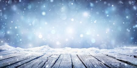 Photo pour Winter Table - Snowy Plank With Snowfall In The Cold Sky - image libre de droit