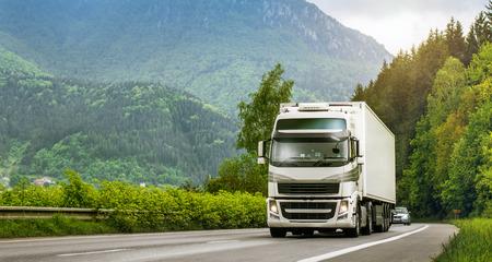 Foto de Truck on highway in the highlands - Imagen libre de derechos