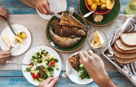 Photo pour Dinner with fried fish, potatoes and fresh salad - image libre de droit