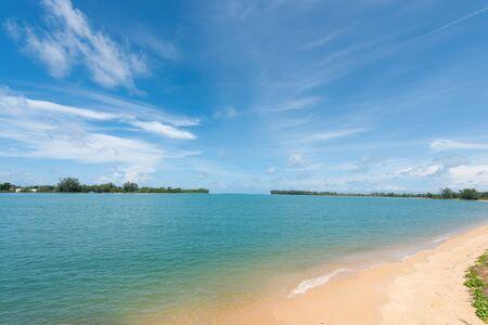 Photo pour Summer beach paradise. Tropical island beach. Sea shore line. Island relax landscape travel concept - image libre de droit
