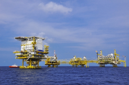 Photo pour offshore oil rig drilling platform off the gulf of thailand - image libre de droit