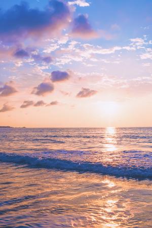 Foto de Pastel tropical beach sunset with waves and clouds in the blue sky - Imagen libre de derechos