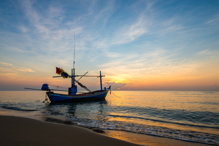 Photo pour Colorful sky at sunrise on the sea beach with fishing boat. silhouette - image libre de droit