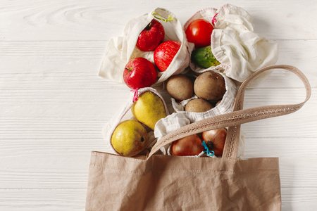 Foto per zero waste food shopping. eco natural bags with fruits and vegetables in tote, eco friendly, flat lay. sustainable lifestyle concept. plastic free items. reuse, reduce, recycle, refuse. - Immagine Royalty Free