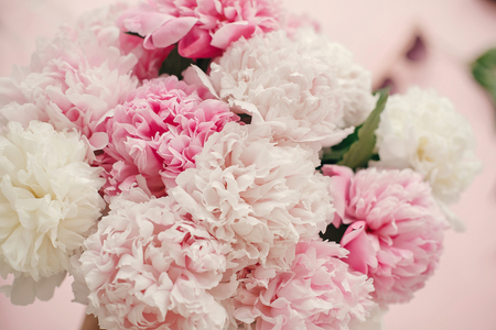 Foto de Stylish peonies bouquet flat lay. Pink and white peonies on pastel pink paper. Hello spring. Happy mothers day, floral greeting card mockup. International Womens Day. Valentines day - Imagen libre de derechos