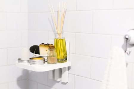 Photo pour Zero waste bathroom concept. Eco natural shampoo in metal can,  deodorant, soap and ayurveda ubtan powder in glass on wooden shelf in bathroom, plastic free items. Sustainable lifestyle - image libre de droit