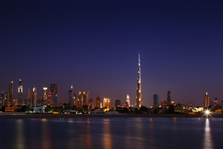 Photo pour Dubai Skyline at dusk looking from Jumeirah Beach and showing the worlds tallest building - image libre de droit