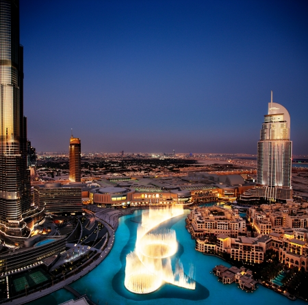 Photo pour An overview of the spectacular Dubai Dancing Fountain as it dances to the music at dusk  It is overlooked by Burj Khalifa, Dubai Mall and The Address Hotels - image libre de droit